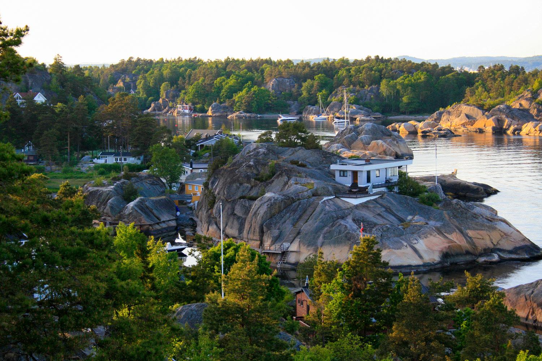 Når du er i Kjerringvik bør du padle innom det herlige hyttemiljøet i Fantebukta (nærmest) og Svinevika (bakerst).