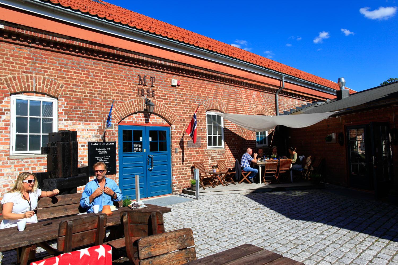 Larvik Museum med et hyggelig kafetilbud utendørs.