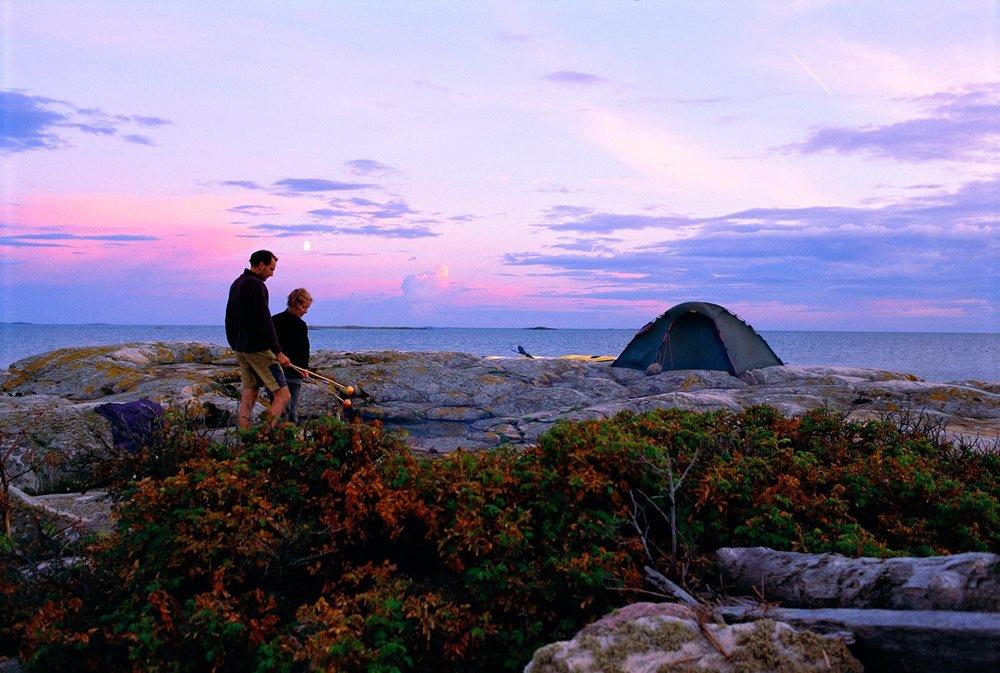 """Godt tilrettelagt for telting.  Husk å ha med telt, sovepose og liggeunderlag om du vil overnatte. Skulle du ikke ha eget telt, så har vi noen telt ekstra - """"første mann til mølla"""". Om noen skulle ha plunder med å sette opp teltet, så hjelper vi hverandre. Er det riktig varmt, så er det også deilig å sove under åpen himmel."""