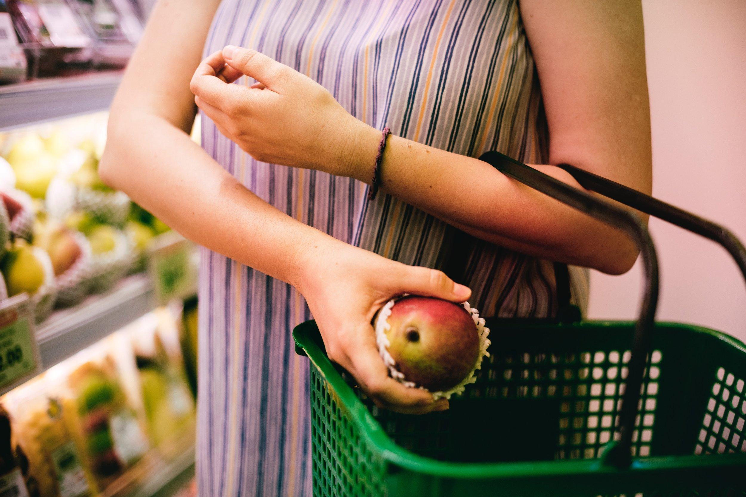 apple-buy-buying-1260305.jpg