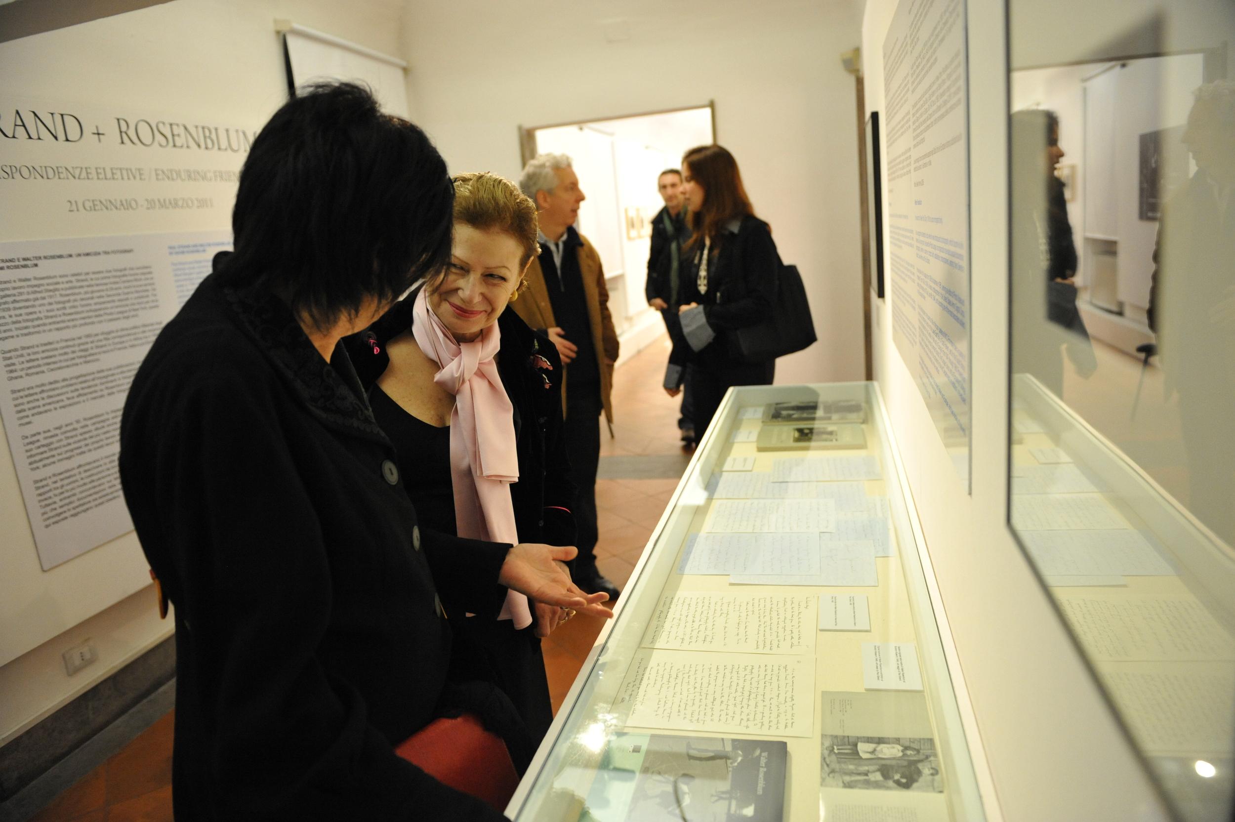 Manuela Fugenzi and Nina Rosenblum looking at sidebar
