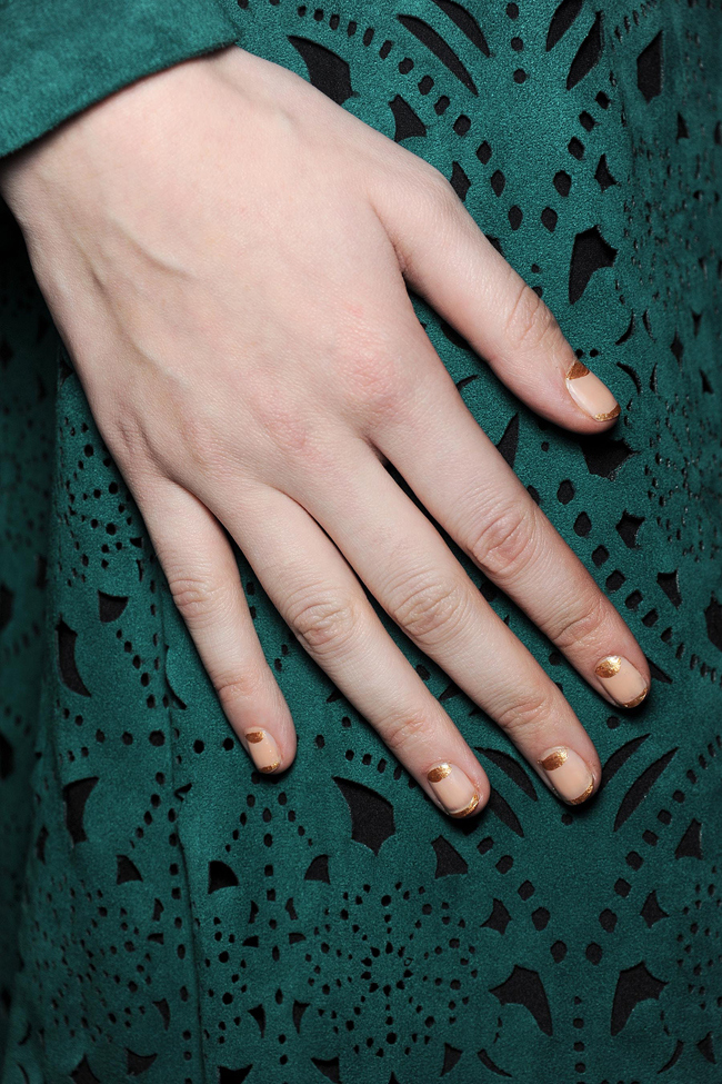 Tadashi Shoji Fall 2014: Butter London created this nail with one coat of Nail Foundation, followed by Marbs (an opaque gold) to create the half-moons and the gold tip.     Tadashi Shoji Fall 2014: Butter London creó estas uñas usando una mano de Nail Foundation, seguido de Marbs (un dorado opaco) para crear las media lunas y las puntas doradas.