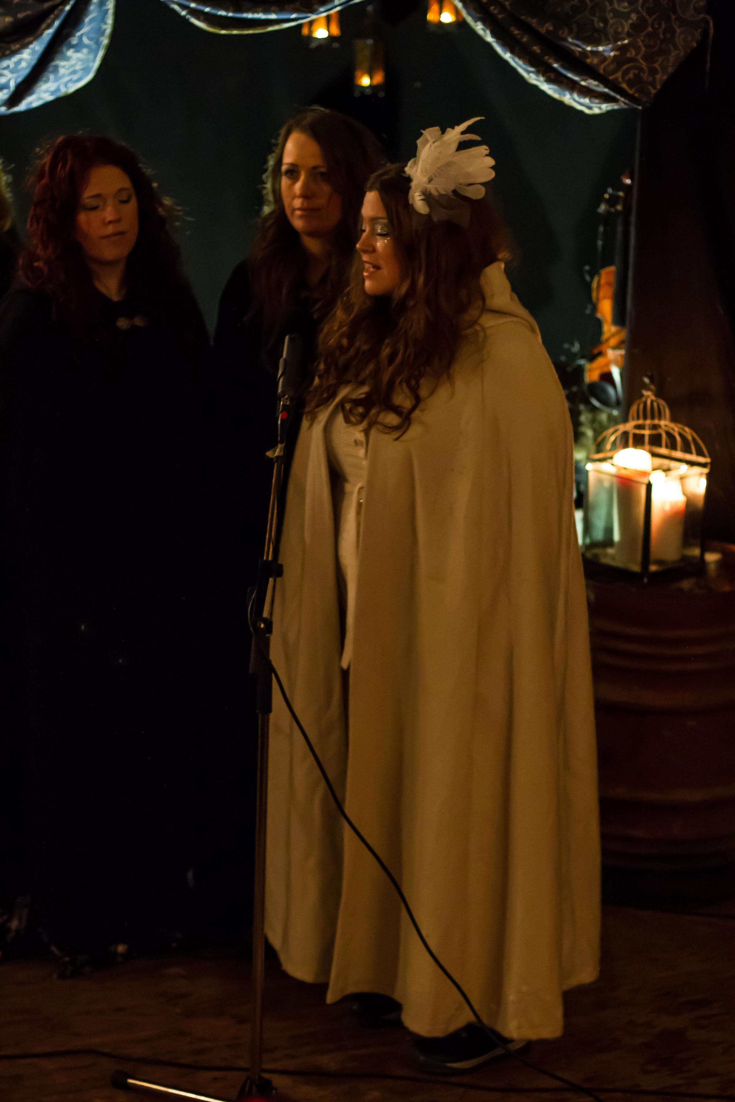 Lucia i folktron med Dimmerar'yn.