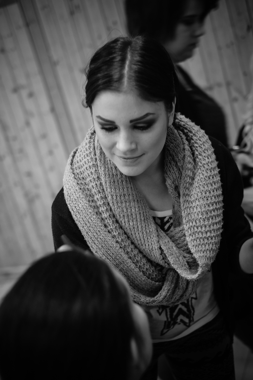 Nellie, elev från Västermalms Gymnasium som arbetar fram en makeup. Foto:  Philippe Rendu