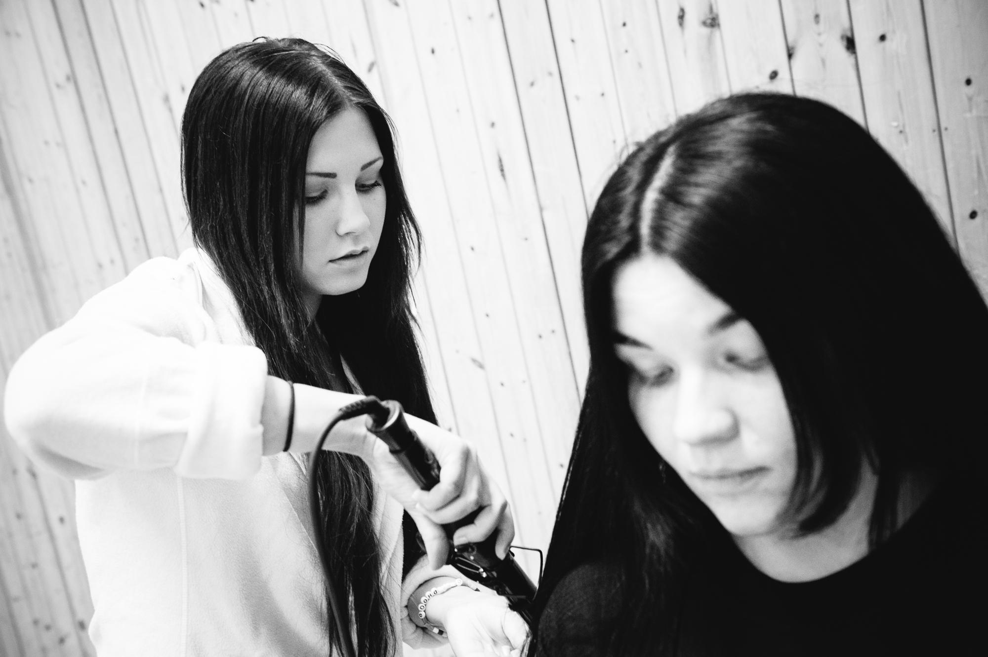 Maria, elev från Västermalms Gymnasium fixar hår på Greta i Dimmerar´yn. Foto:  Philippe Rendu