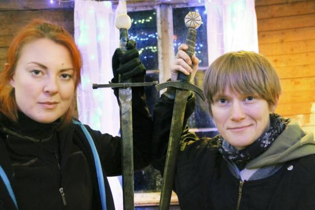 Elena Gradin och Hanna-Karin Berglund har hittat en egen show-nisch: stagefight. Fotograf:  Carole Tärnudd