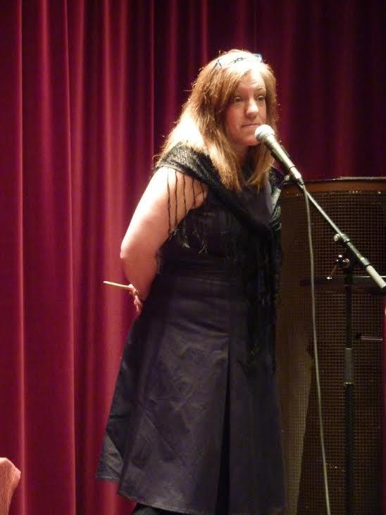 Monika Westin berättar sagor vid elden.