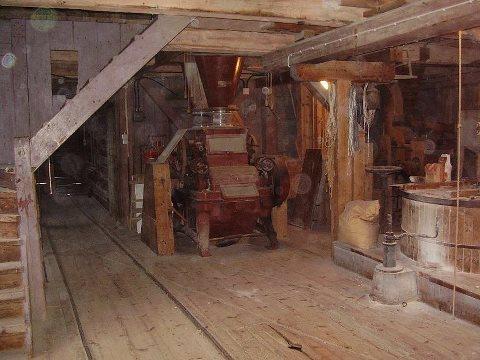 Bilden är hämtad från Hembygdsgården i Jättendal. Fotot är taget inifrån kvarnen där mjölet mals. Denna del av kvarnen kommer inte att vara tillgänglig för besökarna under Midvinterglöd, men mjöl kommer att finnas till försäljning.