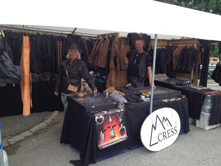 Lappland Läder säljer kläder på marknad.