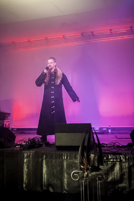 Leo Flavum, berättar legenden om Lucia i folktron i årets show på Midvinterglöd. Foto: Martin Burmester