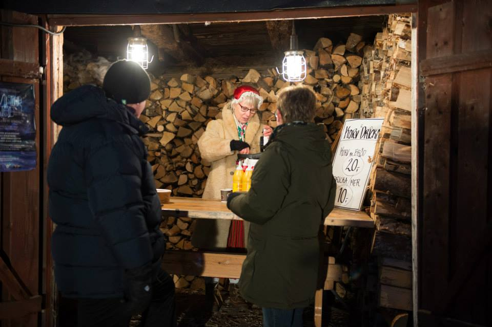 Moster Marianne Friberg serverar korv & brödi Vedmojjen på Midvinterglöd. Foto: Philippe Rendu