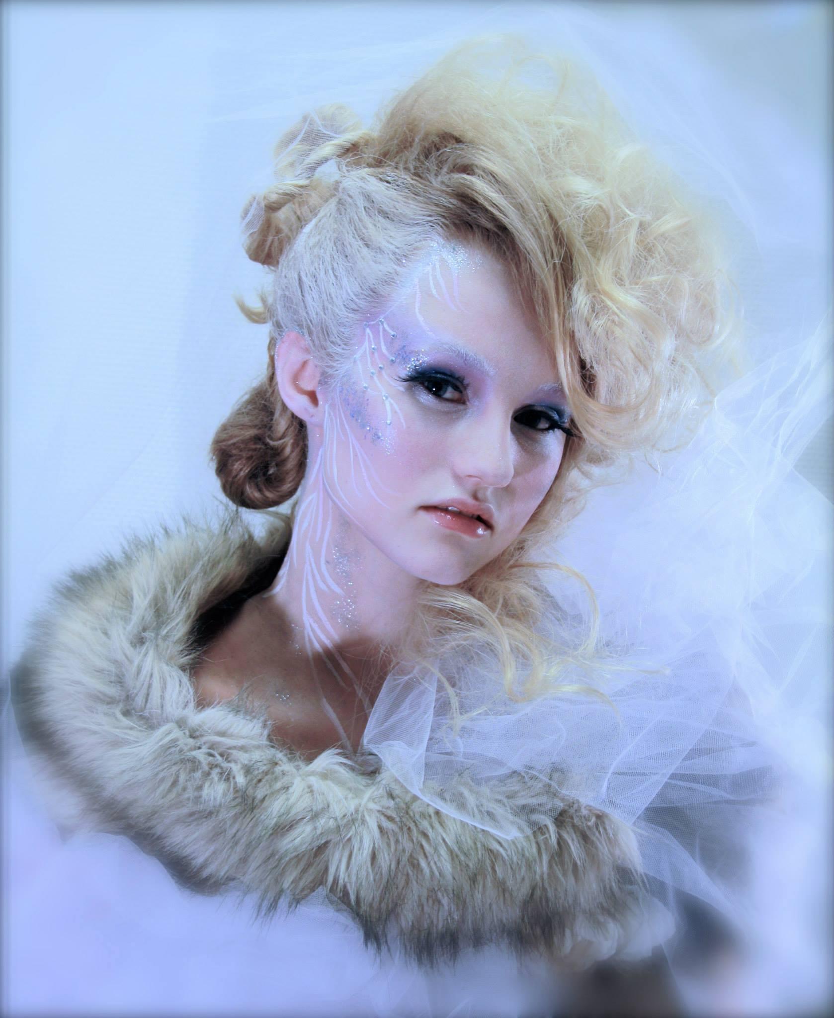 Alma Karlsson ställde upp som modell införskapandet av årets Midvinterglöd affish. Makeup, foto & styling: Petra Shara Stoor