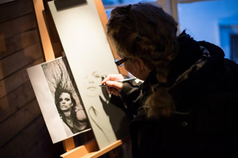 "Linda ""Flickan"" Tolind målade live med sin airbrush under Midvinterglöd. Foto: Philippe Rendu"