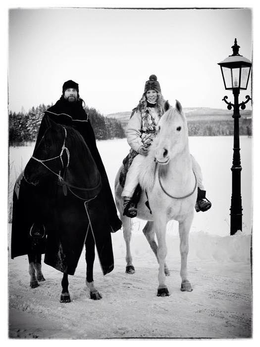 Mats och Ylva Woxmark,Dalecarlian Horse Adventures medverkar på Midvinterglöd för första gången med uppvisning av beridet bågskytte med eld, mystik & musik. Foto: Malin Jones