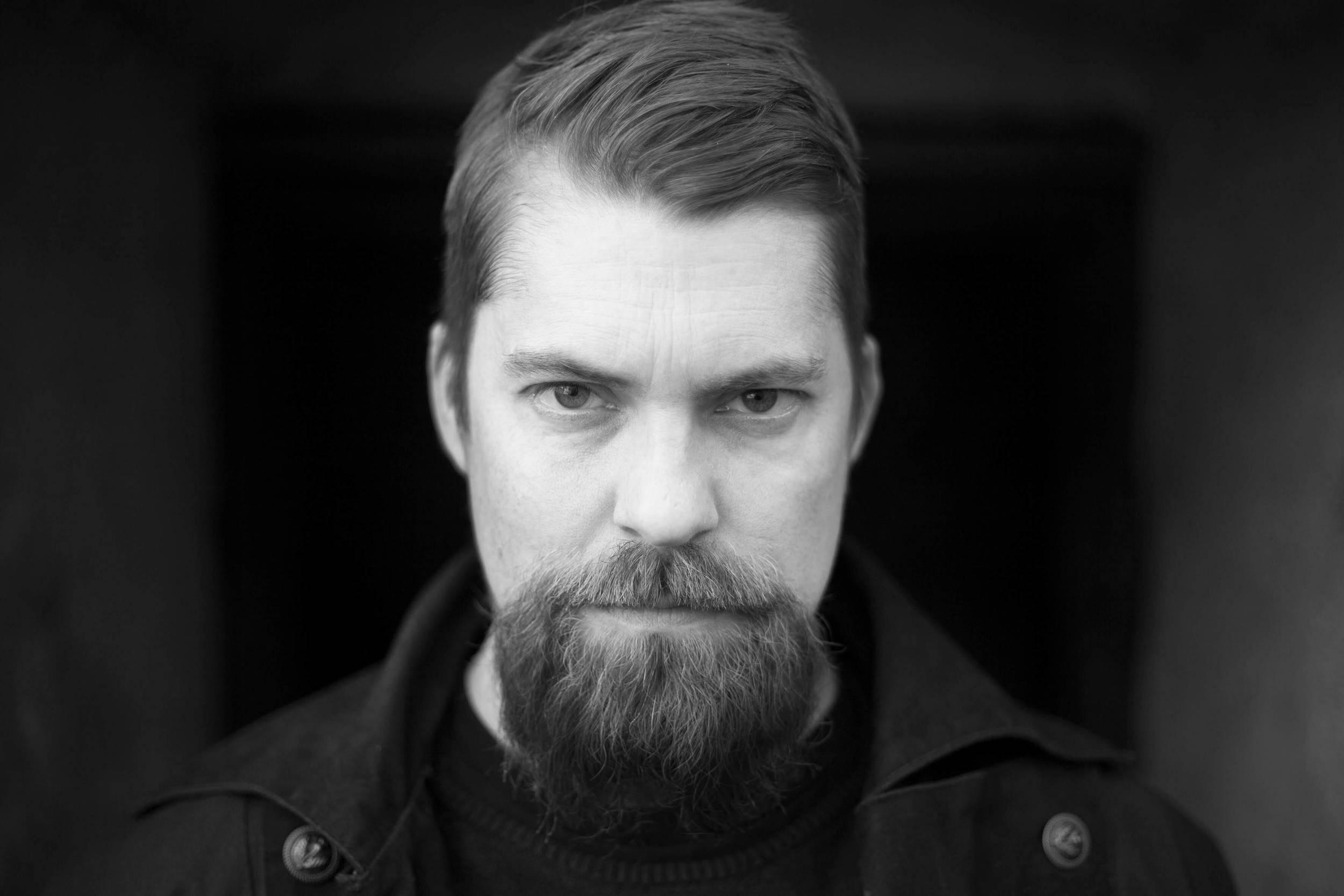 """Författare Jens Daniel Burman medverkar på Midvinterglöds julmarknad och säljer sin debutroman """"Huset"""". Foto: Eva Quirentia Månsson"""