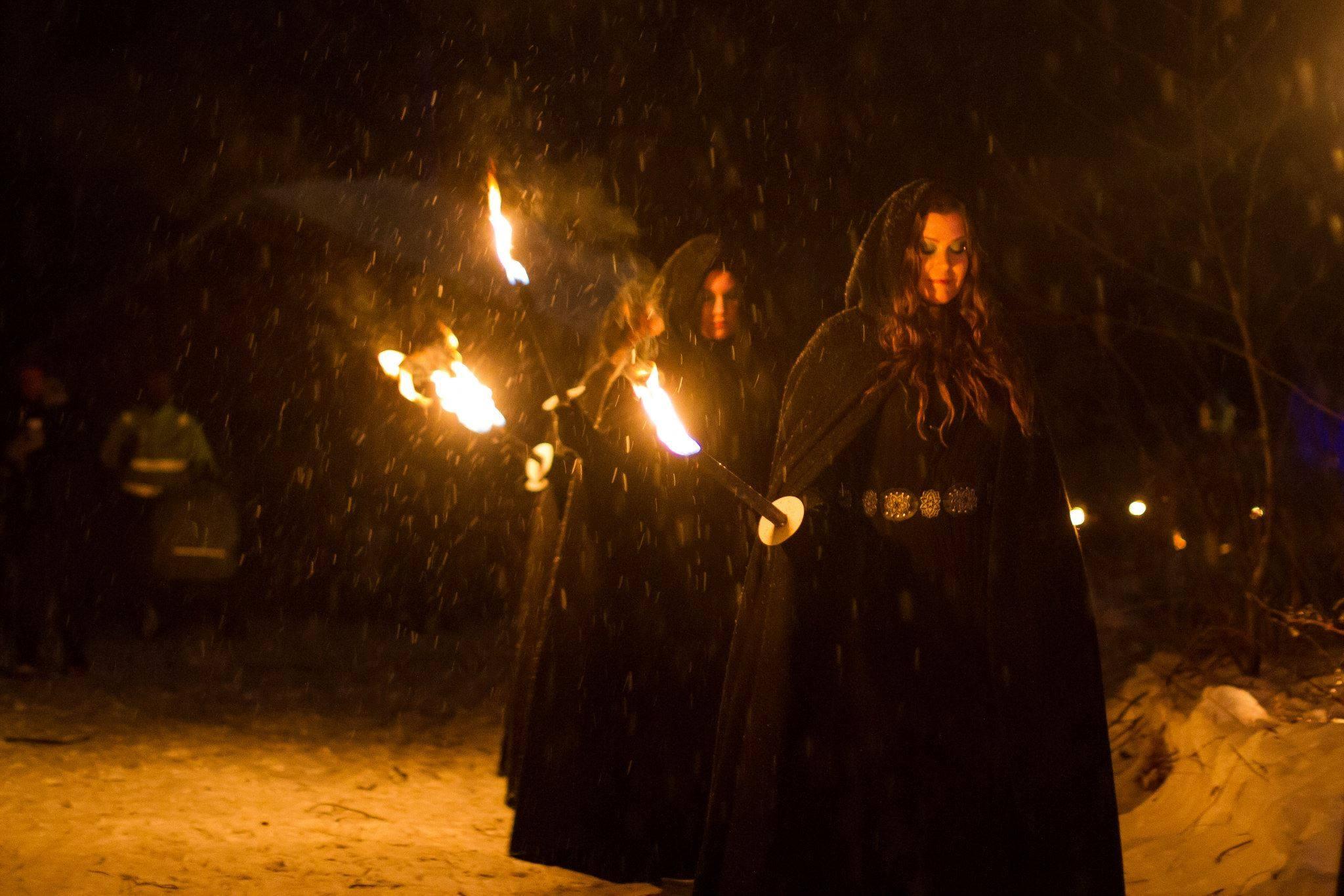 Vokalgruppen Dimmerar'yn som medverkar på Midvinterglöd i showen lucia i folktron kommer att uppträda med stämsång på Garpenbergs julmarknad 21-22 november.