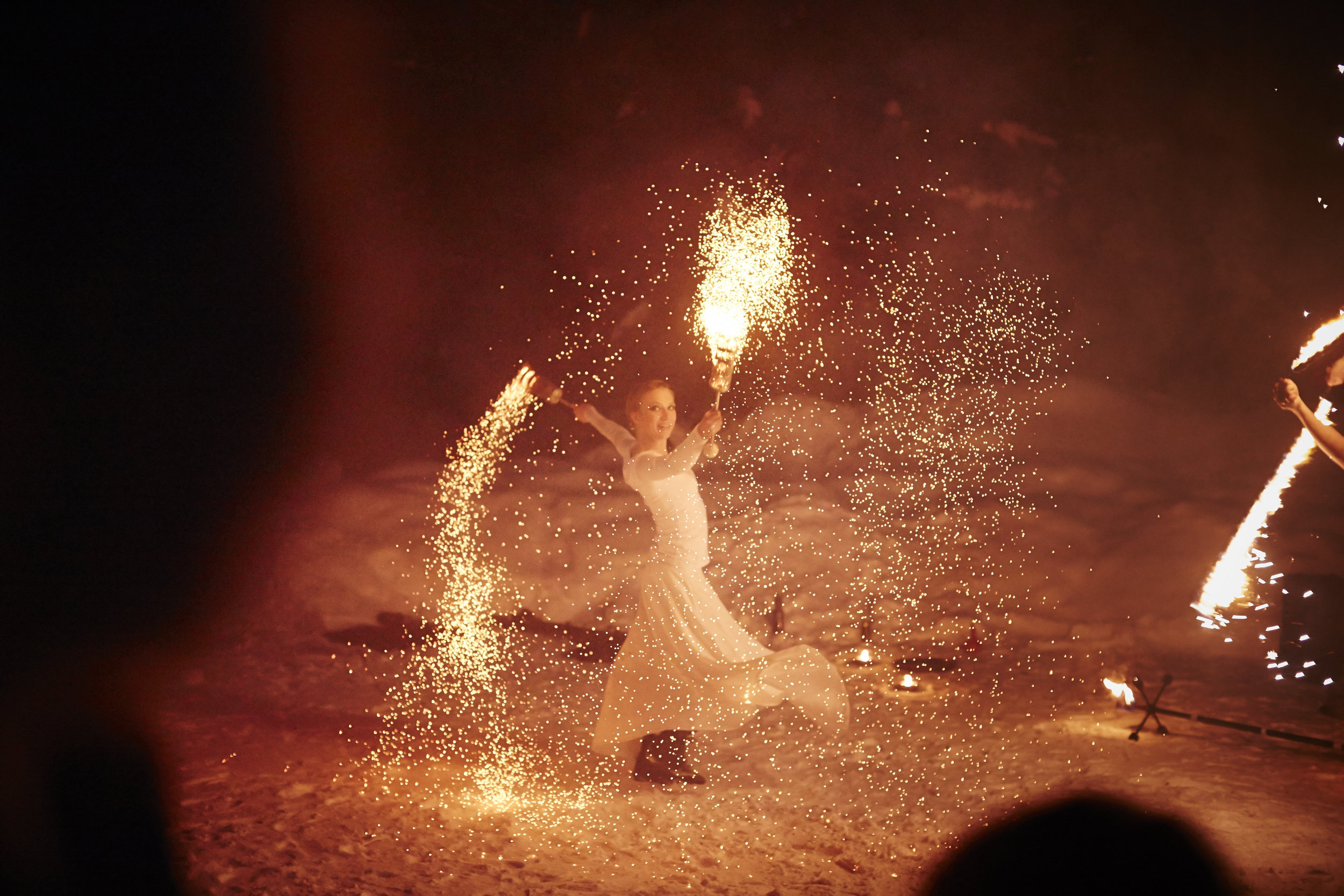 Momo Jorden och Linn Lut Karinsdotter, Illumina eldshow medverkar med sin magiska eldkonst på årets Midvinterglöd 10 december 2016 i Jättendal, Hälsingland.