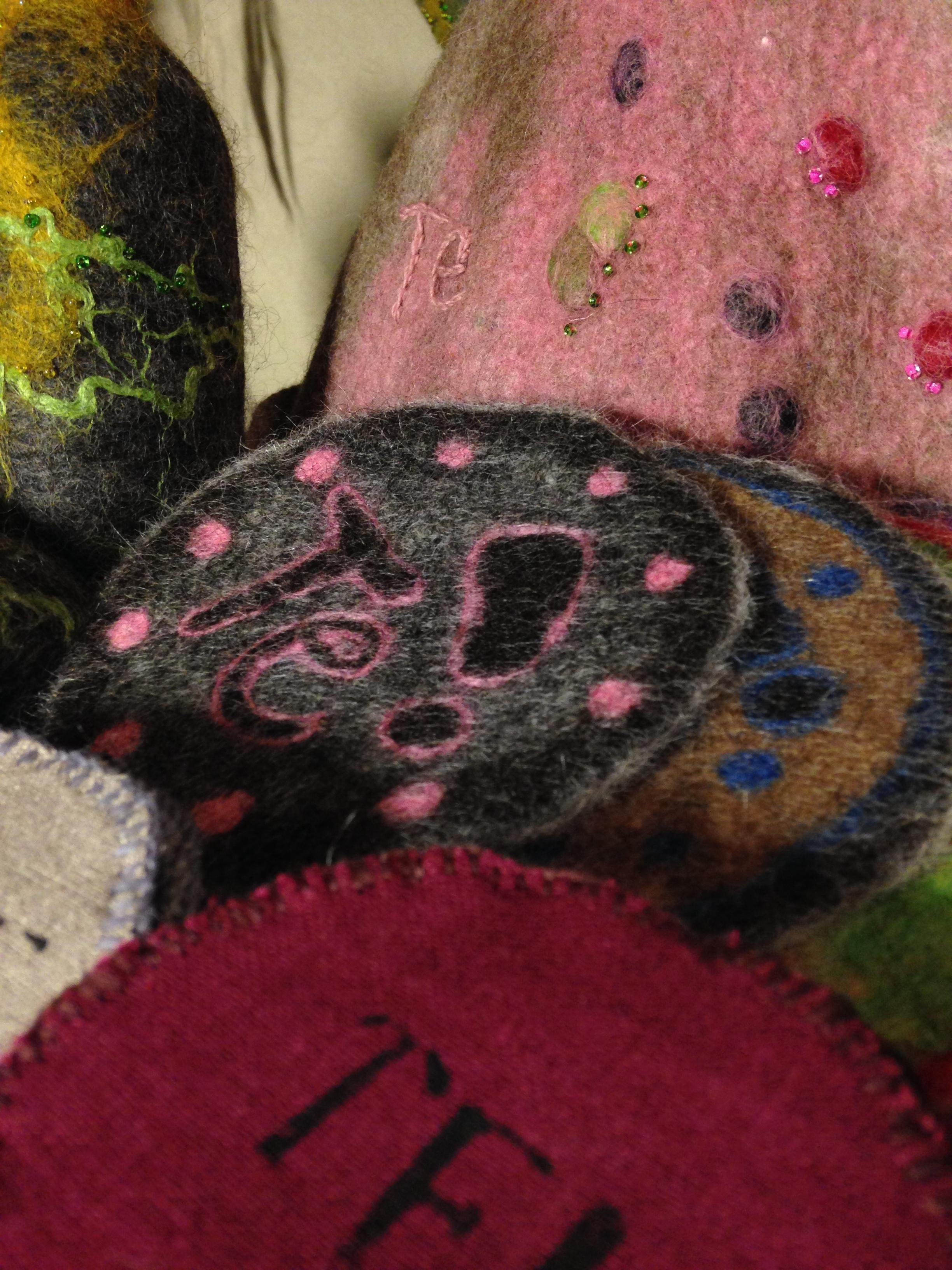 Frida Hallbergs tovade hantverk finner ni på Midvinterglöds julmarknad