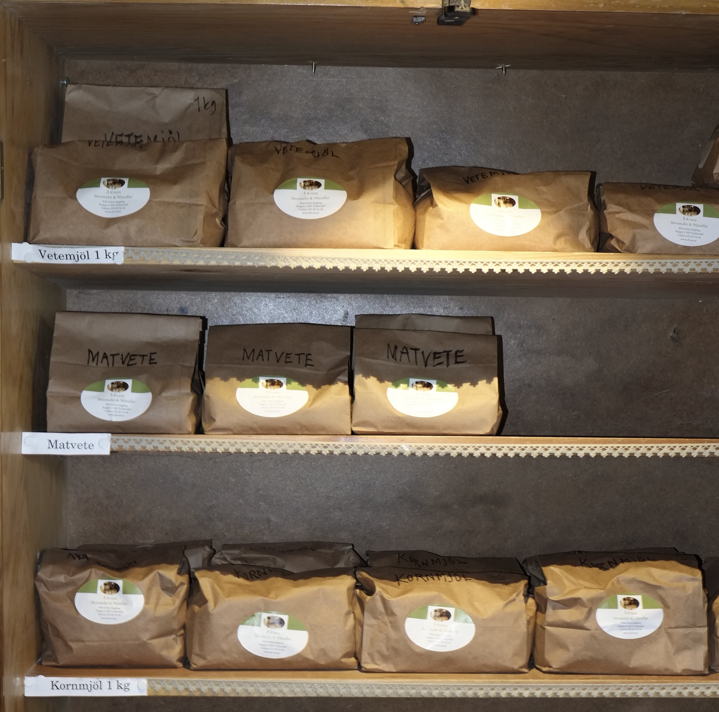 Fantastiskt mjöl till salu i Åkvarn. Mjölet är lokalproducerat i Åkvarn, i Jättendal