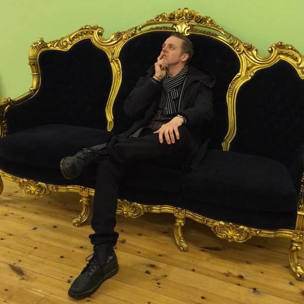 Fredrik Fernlund funderar på framtiden i Gunnar Greibers gamla skola i Vattlång, numera ett kommande projekt vid namn Helsinglight.