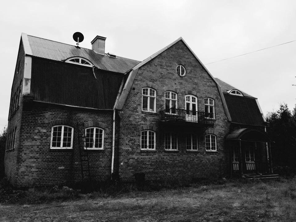 Fredrik Fernlund & Petra Shara Stoor köpte hösten 2015 tegelskolan i Vattlång, tidigare bostad för konstnären Gunnar Greiber. Här kommer parets framtida projektet Helsinglight ta fart.