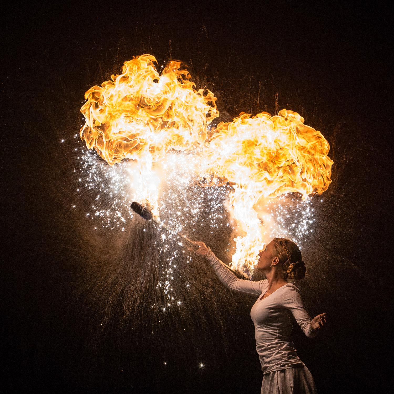 Illumina eldshow med Momo Jord och Linn Lut Karinsdotter medverkar i showen Lucia i folktron med eldkonst.