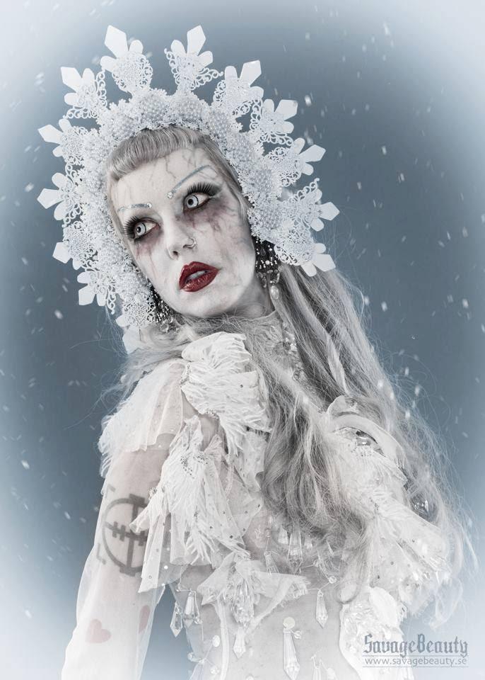 Adora BatBrat -Drottningen av alternativa uttryck besöker Midvinterglöd den 10 december och sitter i juryn för vår glödväsentävling samt så kommer vi att sätta Adora i den glödheta stolen på scenen!