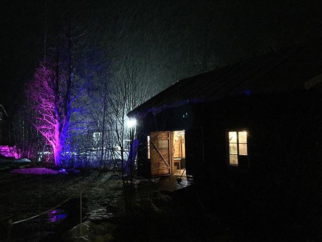Nu snöar det! Magiskt!  #midvinterglöd #julmarknad #subkultur #jättendal