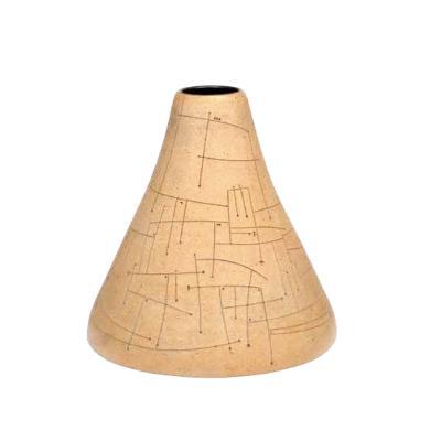 Gustavo Pérez. Florero elaborado en cerámica de alta temperatura. Con esgrafiado lineal e interior esmaltado color negro.