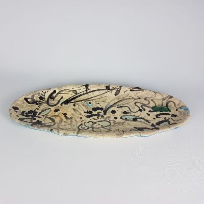 Pablo Castillo. Plato elaborado en cerámica, pintado a mano. Diseño oval alargado.