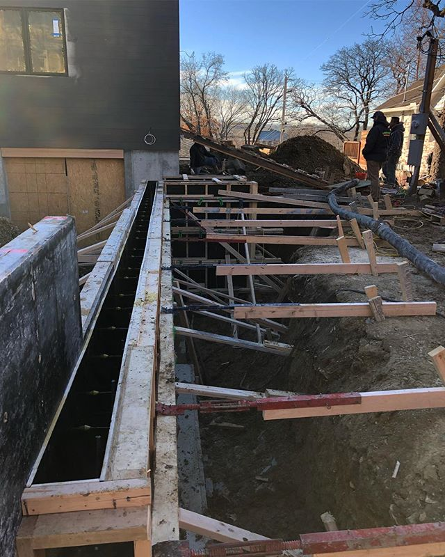 We're using wood formwork again for an exposed concrete retaining wall as part of an addition in Westwood Hills. And it's all red, white, and blue for this pour! . . . #studiowilde #construction #kansascity #westwoodhills #addition #residential #residentialdesign #residentialconstruction #construction #architecture #concrete #formwork #carpentry #building #redwhiteandblue