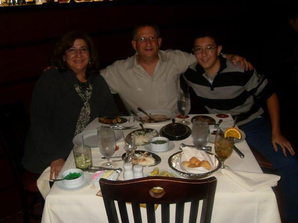 """Victor e seus """"pais"""" jantando em um restaurante brasileiro em Austin."""