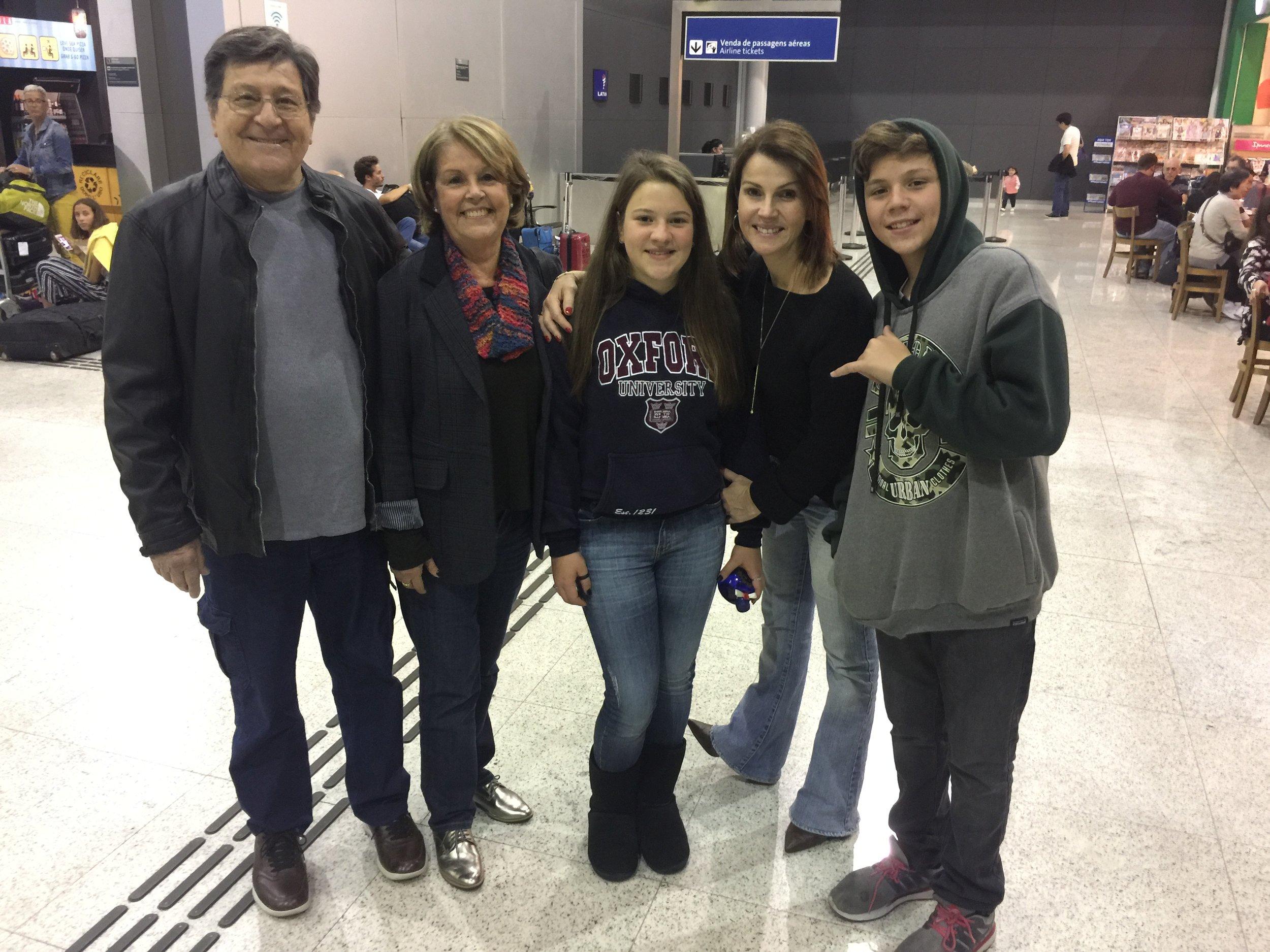 Ana Beatriz com a família no aeroporto.