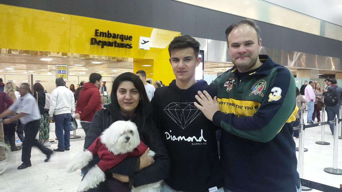 Luiz Felipe com a família no aeroporto.