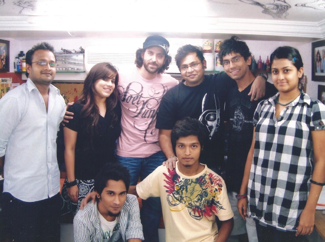 best-tattoo-artist-in-mumbai-india-eric-jason-dsouza-iron-buzz-tattoos-meeting-best-bollywood-actor-hrithik-roshan-for-his-tattoo.jpg