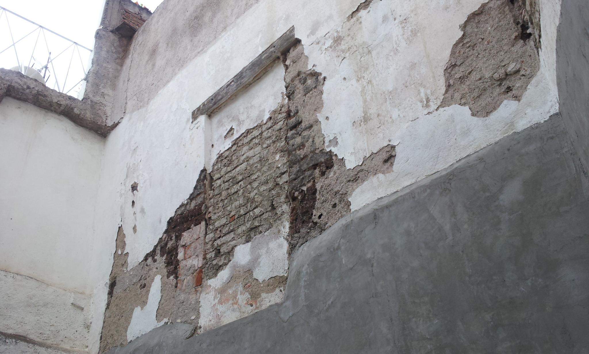 Nicho Antiguo en total abandono en muro posterior izquierdo cuando se adquirió el inmueble catalogado en Positos 81 en marzo del 2012 para establecer la asociación civil Foro Cultural 81. Esta foto es de antes de implementar el protocolo de restauración aprobado por INAH.