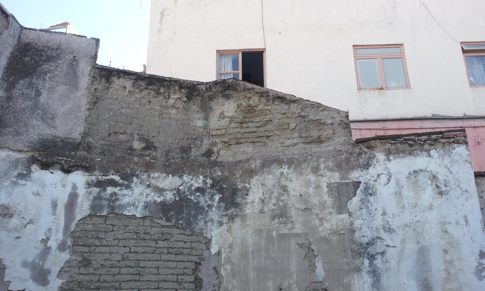 El muro posterior estaba en  total abandono cuando se adquirió el inmueble catalogado en Positos 81 en marzo del 2012 con fines de  establecer la asociación civil Foro Cultural 81. Esta foto es antes de implementar el protocolo de restauración aprobado por INAH.