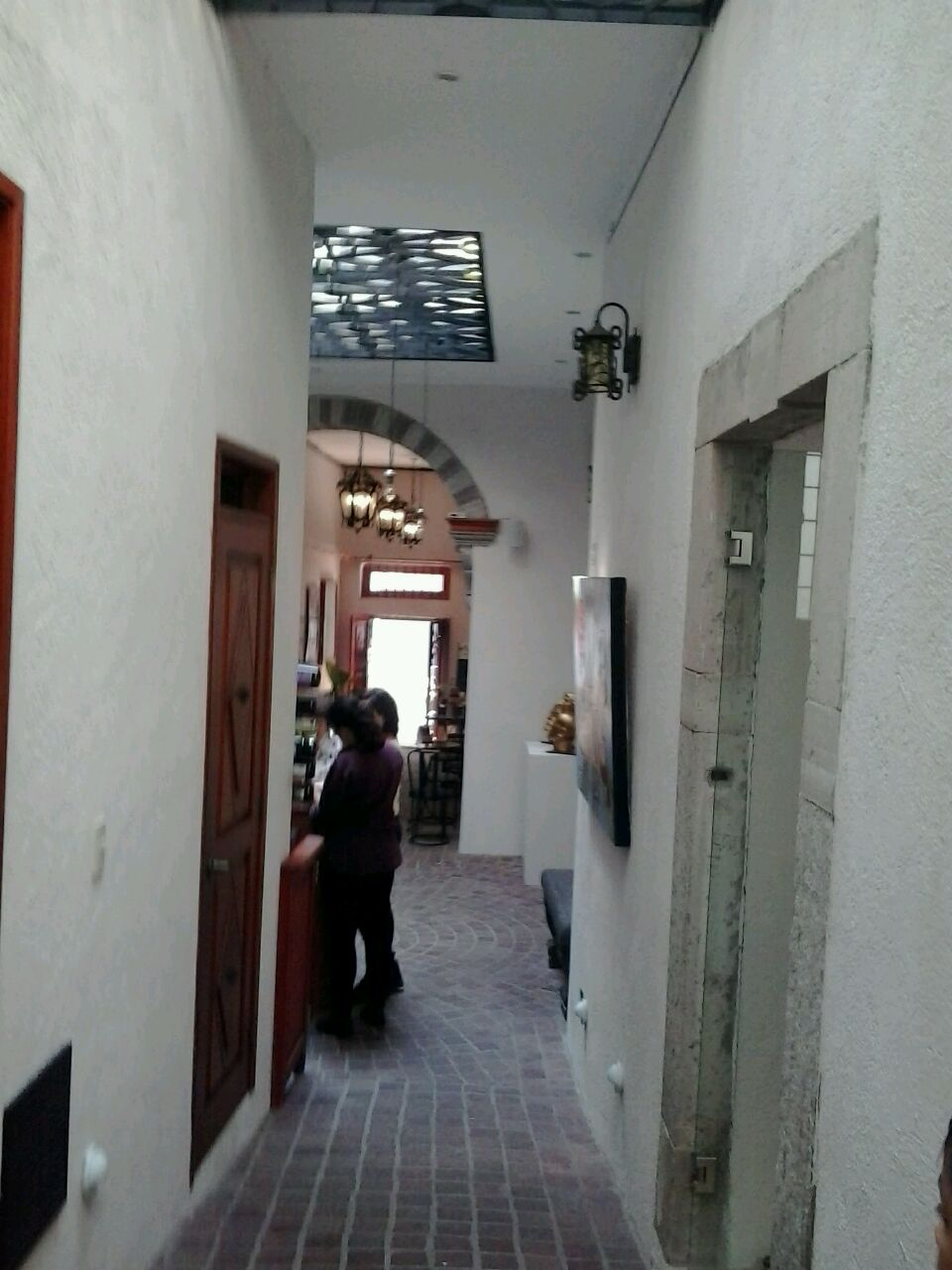 Pasillo en primera planta con vista a la calle Positos. Después restauracion inmueble.