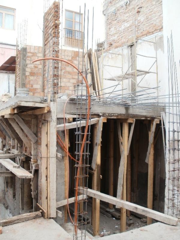 Se observa en la parte posterior que la construcción aprobada por Desarrollo Urbano, y ejecutada por el arquitecto García Ruiz, tiene un muro capuchino el cual se subió independientemente del muro divisorio de las dos fincas colindantes. En la parte superior de esta imagen se aprecian dos castillos que le prestan soporte a  la estructura que se levantó.