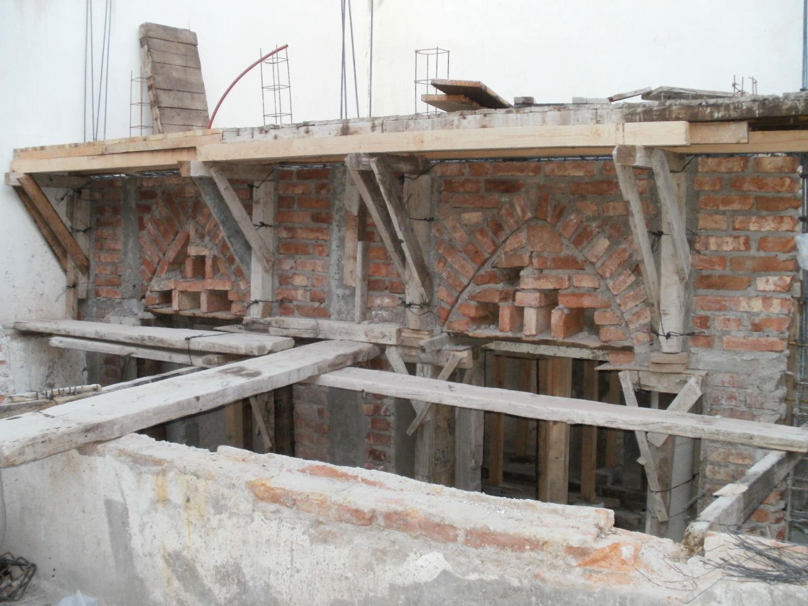 Aquí se aprecia en la izquierda castillos cuales le prestan soporte a la estructura. Es completamente evidente que dicha estructura no está soportada por el muro colindante divisorio.
