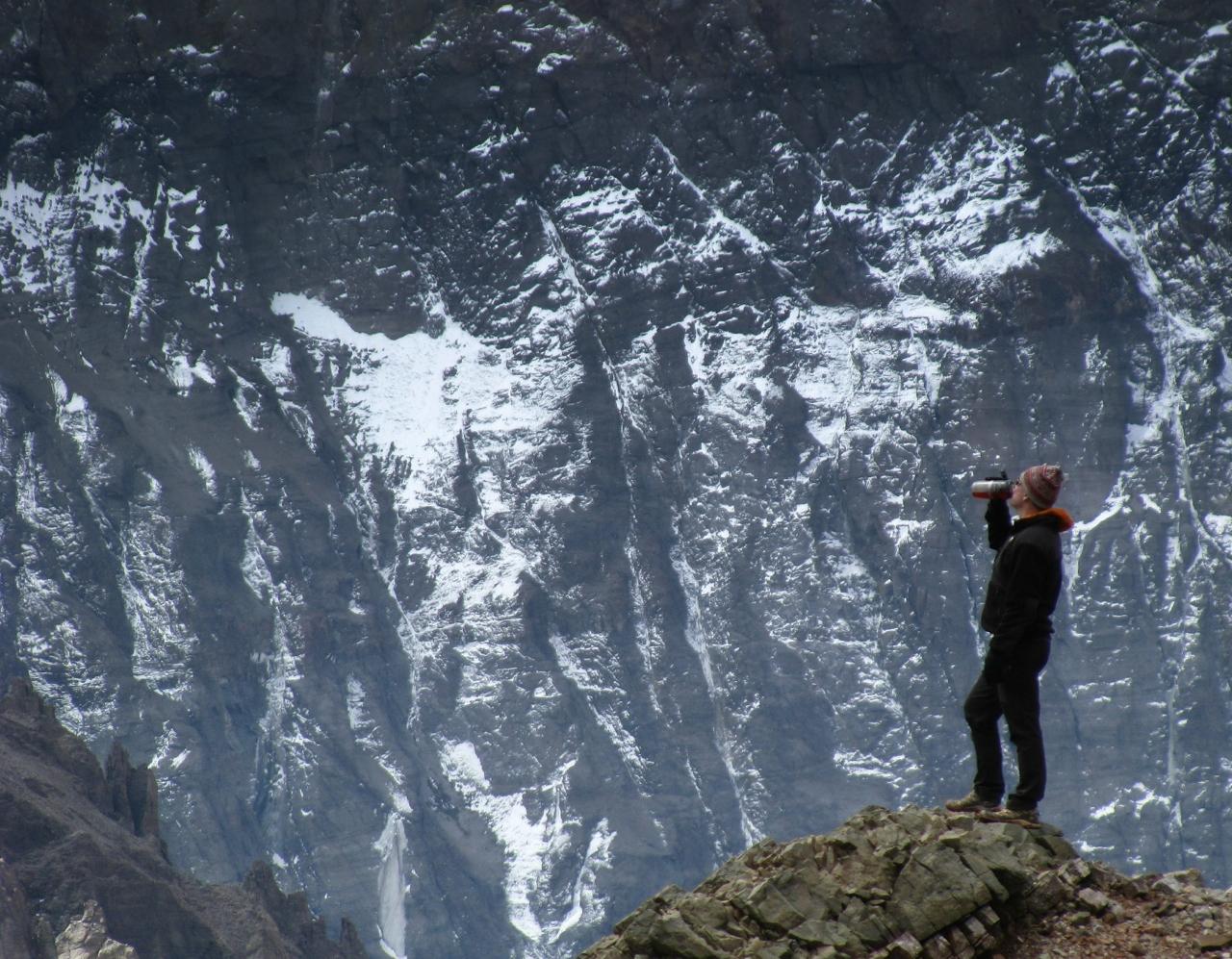 John taking a break near Plaza Francia. Ahead, rising from 11to 22,000feet,is the massivesouth face of Cerro Aconcagua.