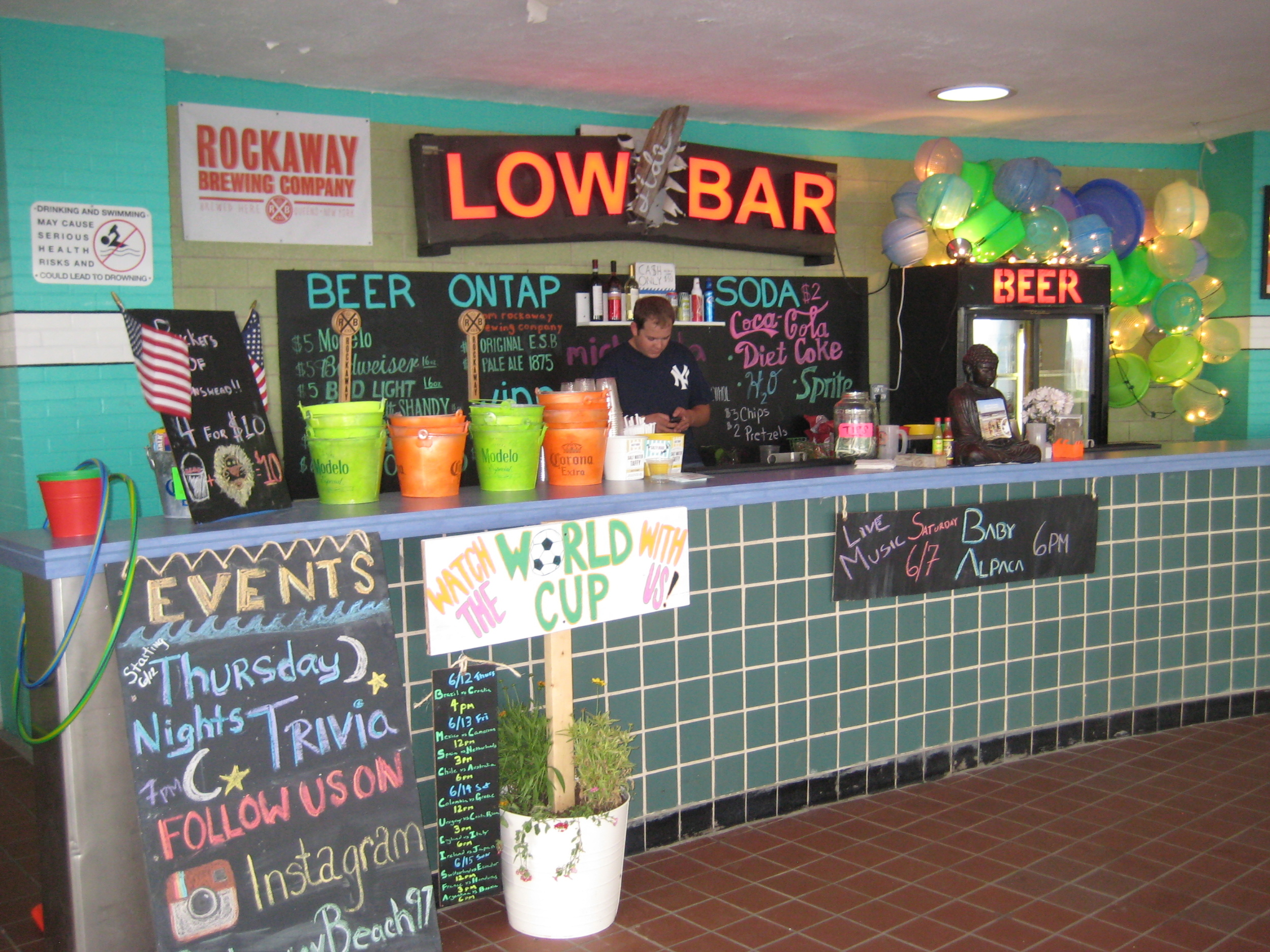 Low Tide Bar    This bar is also located directly on the boardwalk up from Rippers at beach 97th. Surrounded by other tasty food vendors and loads of picnic tables to relax at, this is a perfect place to bring a group of friends after hitting the beach.