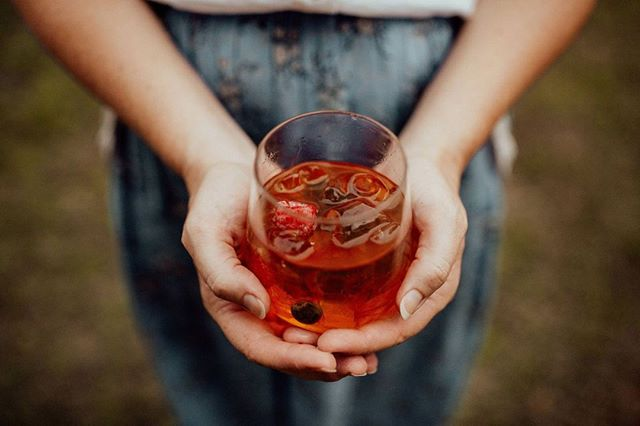 Just looking at this photo is making me thirsty. TGIF who's ready for cocktails? The star of this photo (besides my model-like hands 😆) is an Iced Tulsi Tea we made for a recent wedding (and it was DELICIOUS btw)... all the better on a hot hot day to serve something non-alc so your guests stay hydrated without getting too sozzled.⠀ -⠀ 📷 @loveherwildphotography⠀ -⠀ #mobilebar #caravanbar #byronbaywedding #weddingcocktails