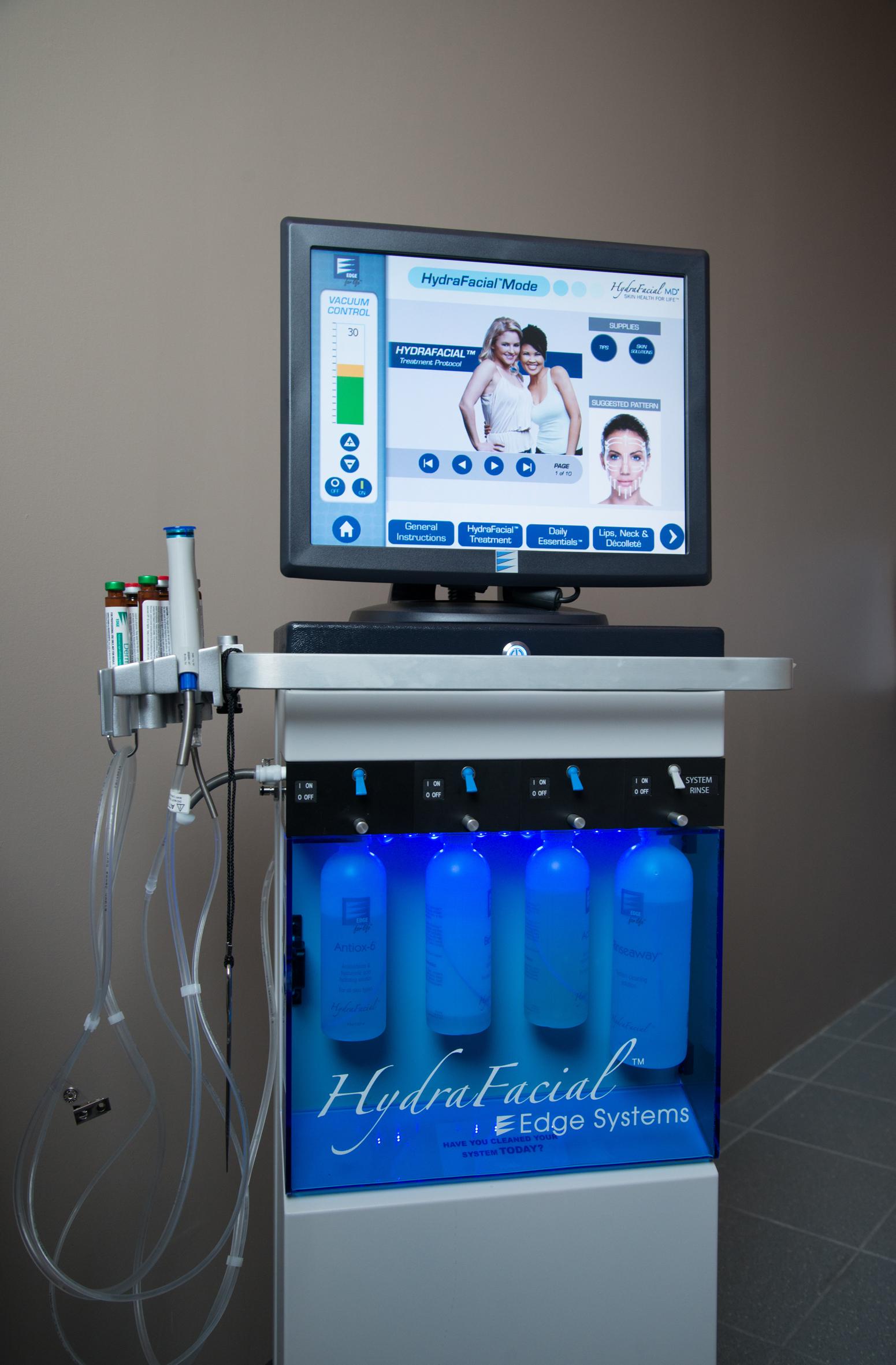 Dette systemet her inneholder en komplett hudpleiebehadnling. Den består av flere steg, som ellers ville tatt totalt 3 timer for å rekke innom alle behandlingene denne gjør. Denne tar ca 30 min.  Foto: Siv Sivertsen