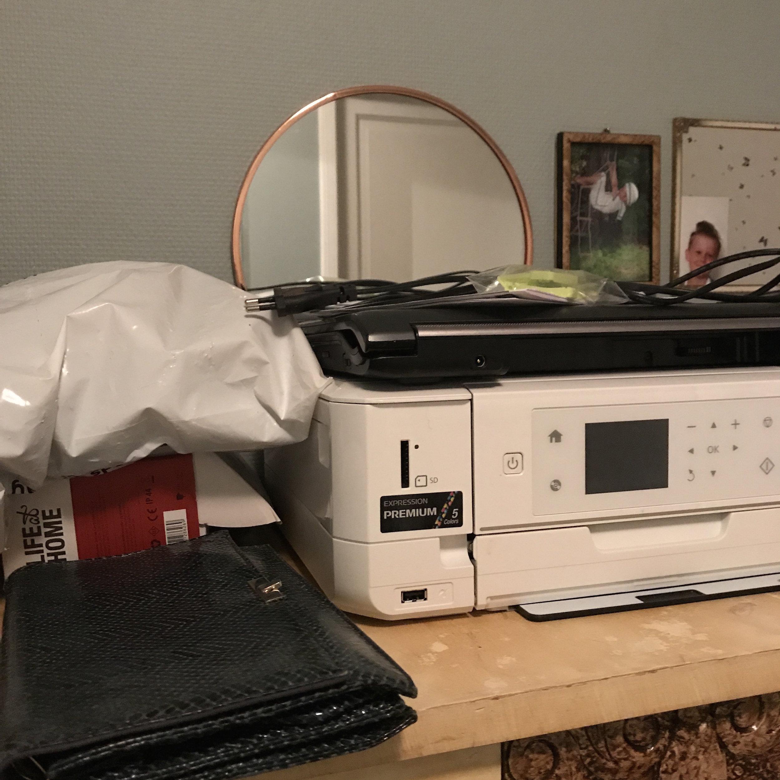 """Midlertidig rot på gangen, ting """"på vei ut"""" trenger du en bra, lite brukt printer/scanner? Jeg seger min :) Eller hva med en italiensk vintage skinnveske? :) Tålmodighet, det lønner seg for lommebok og miljø."""