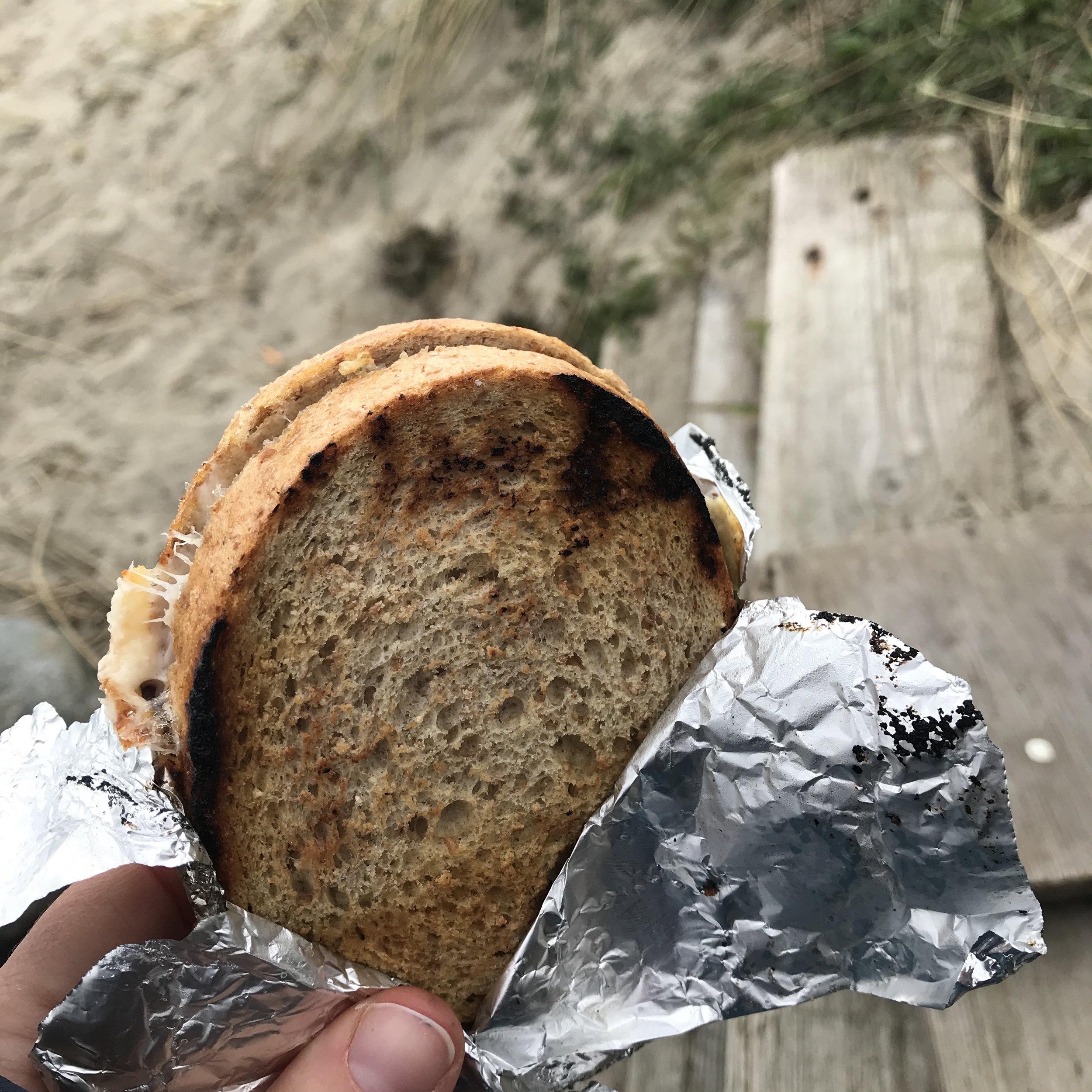 Ragnhild har tatt med ostesmørbrød, med skinke, ost og krydder, så enkelt men sååå godt! Når kulden har satt seg så går disse ned på høykant. Som jeg påstår i filmen (lenger nede i innlegget her) så smaker all mat bedre ute :)