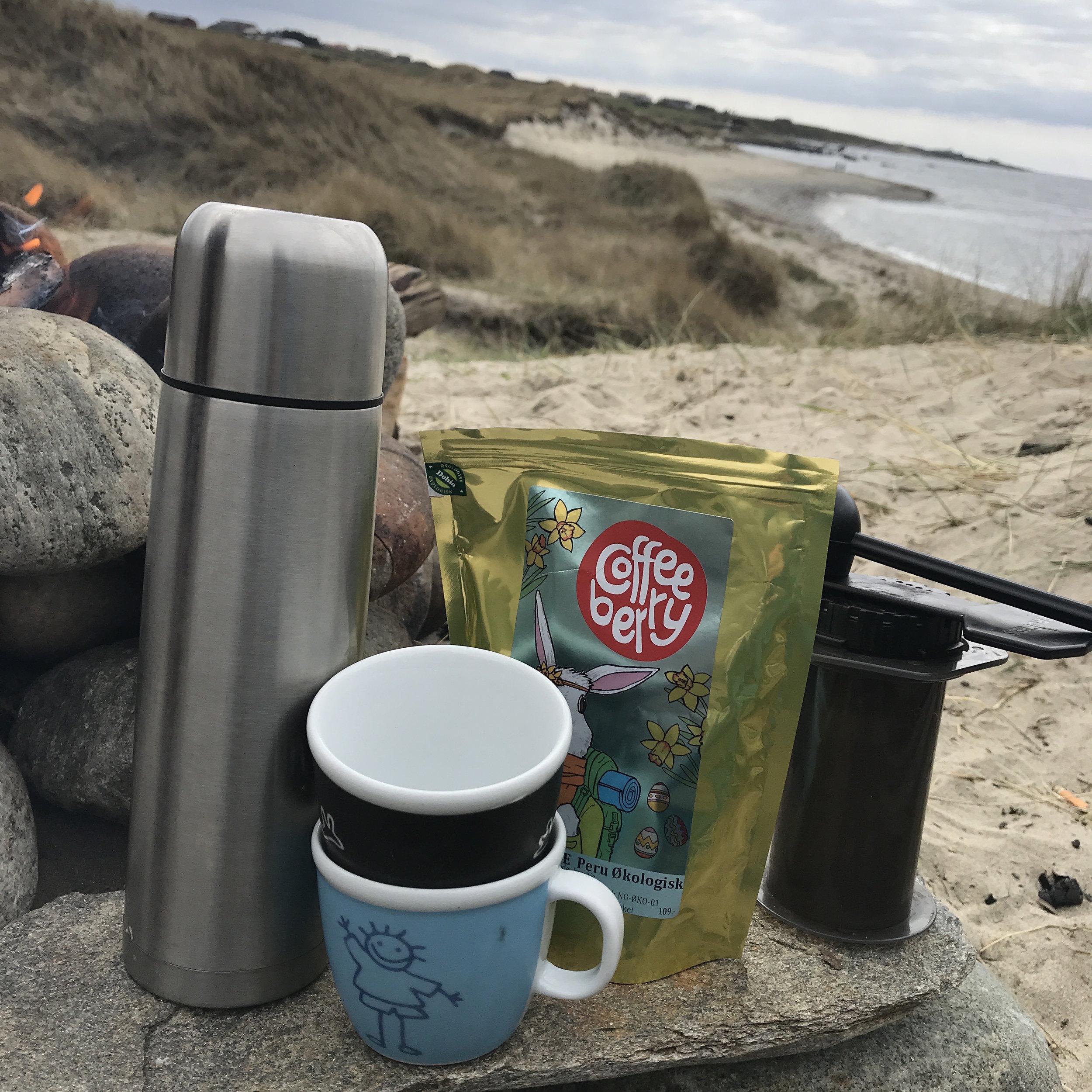 Hva smaker vel bedre en nylaget kaffi ute? Jeg bruker Aeropress til å lage espresso og americano med både hjemme og ute. Så kjekt å kunne ta med seg ut på tur, her hadde jeg med varmt vann på termos, heldigvis. Tror vi hadde blitt lei(kalde) av å vente på bålet for å varme vannet..