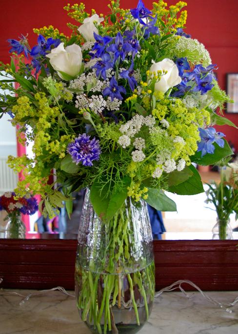 mantlepiece vase arrangement