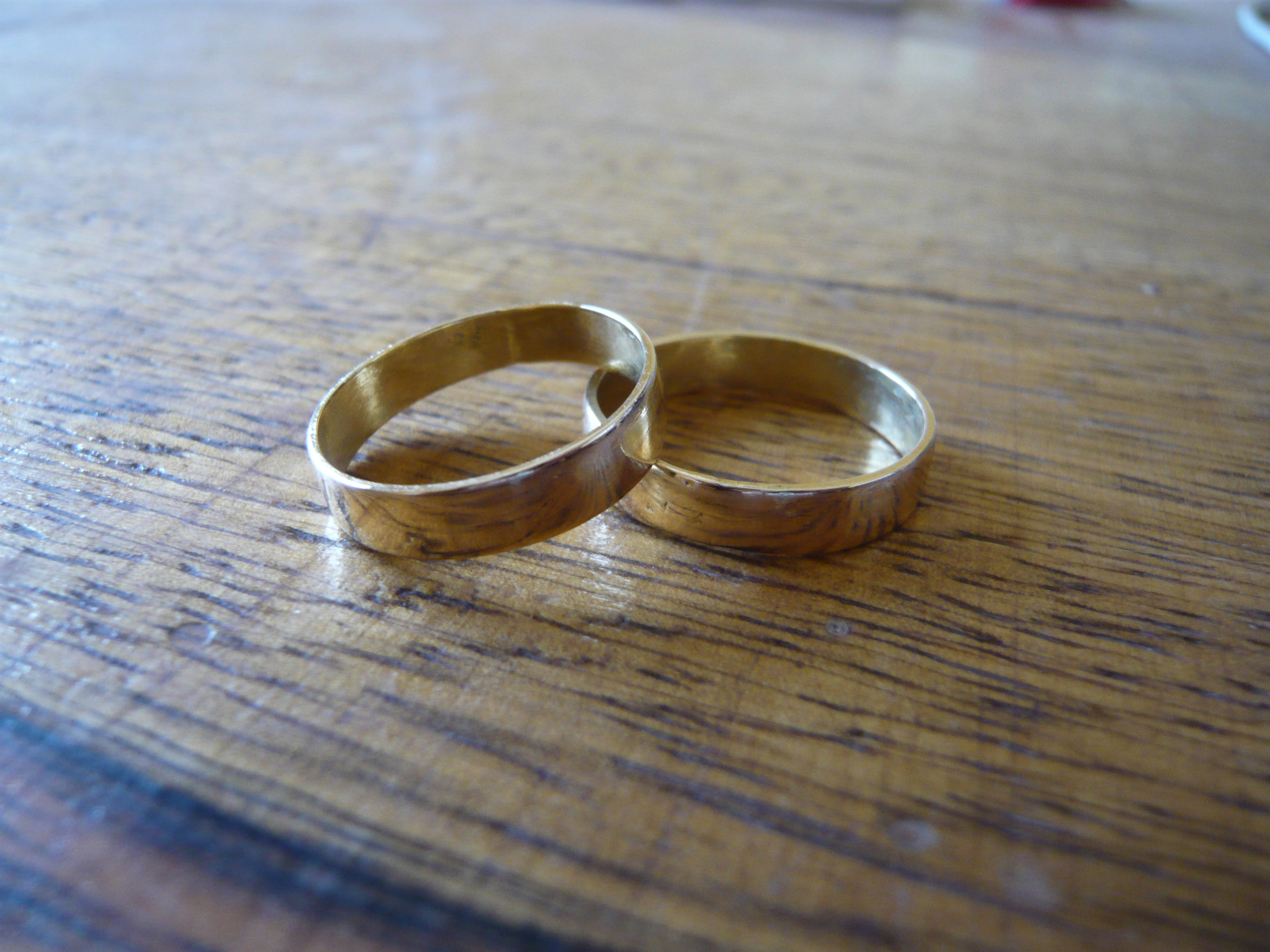 Two_golden_wedding_rings.jpg