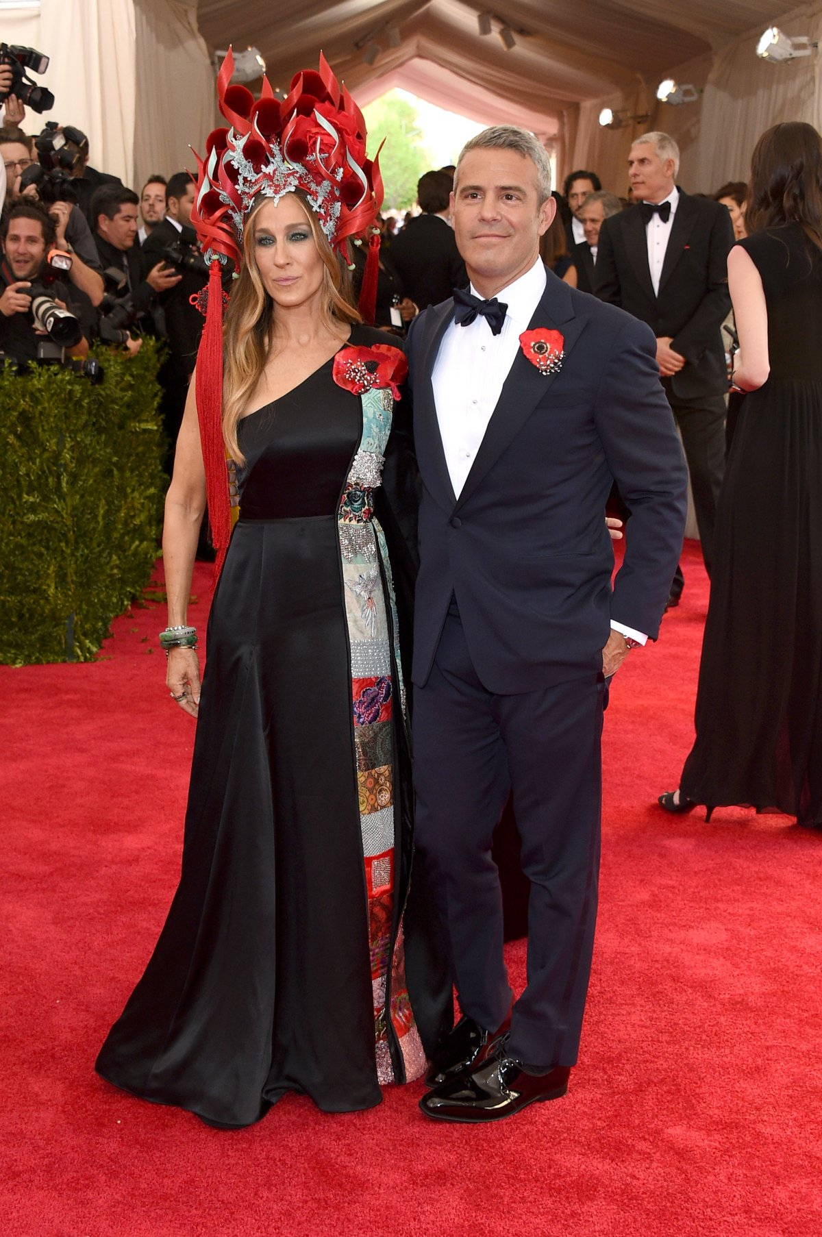 SARAH JESSICA PARKER in H&M with a PHILIP TREACY headpiece and SJP COLLECTION shoes, with ANDY COHEN